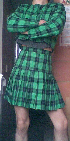 Español: La falda tiene de larga 45 cm.