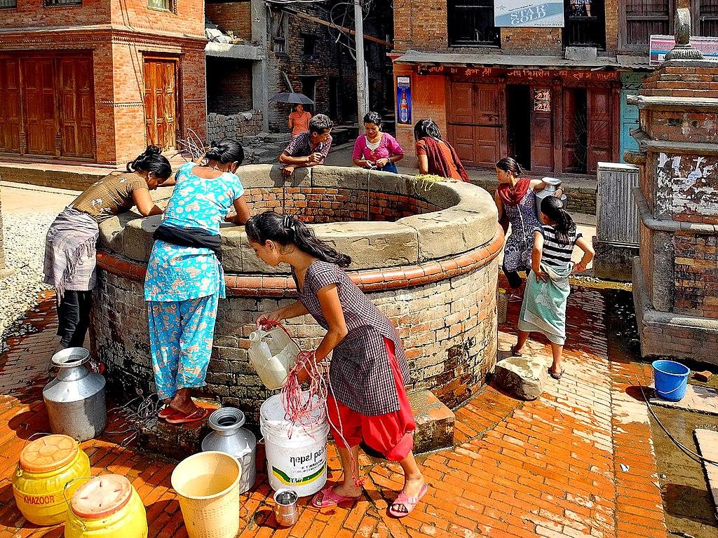 https://i1.wp.com/upload.wikimedia.org/wikipedia/commons/thumb/0/0c/Bhaktapur_Puits.JPG/1024px-Bhaktapur_Puits.JPG