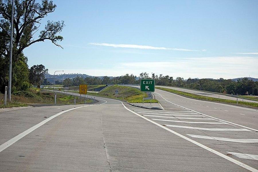 File:Tarcutta exit on the Hume Highway.jpg
