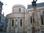 Biserica Templului, Londra. Drept capelă a Noului Templu din Londra, era locaţia ceremoniilor de iniţiere ale templierilor. Astăzi, este biserica parohiei Templului Mijlociu şi a Templului Interior, două dintre barouri. Este o populară atracţie turistică.