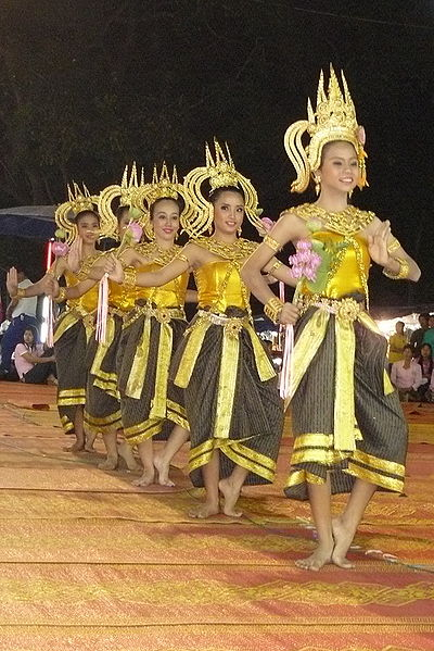 ไฟล์:Dancing art Thai ancient show in the Wat Phra Thaen Sila At fair 06.jpg
