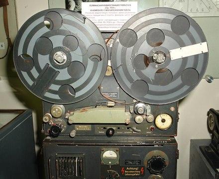 Magnétophone à ruban d'une station de radio allemande durant la Deuxième Guerre mondiale.