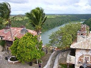 Deutsch: Blick von Altos de Chavón auf den Rio...