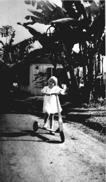 349px COLLECTIE TROPENMUSEUM Meisje op de step TMnr 60015781 Mainan Bocah Belanda VS Mainan Bocah Pribumi