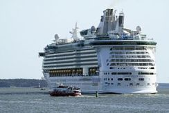 300px-Independence_of_the_Seas_8454[1]