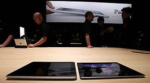 English: iPad 1 next to iPad 2