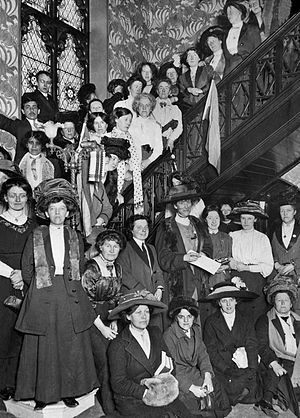 English: suffragettes gathered in Manchester C...