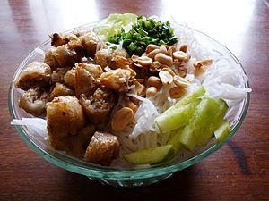 Tiếng Việt: Bún chả giò ăn kèm với dưa leo xắt...