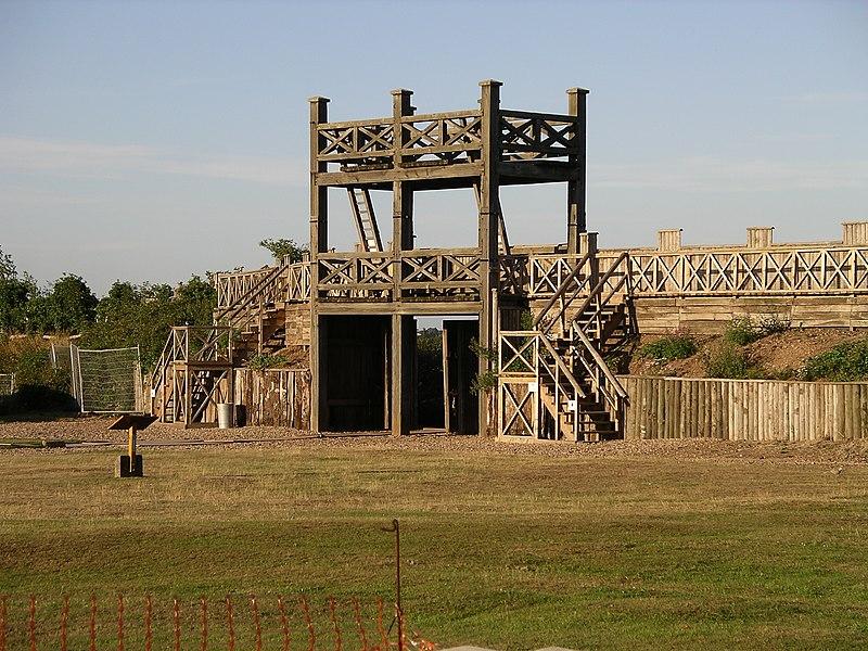 Reconstrucción de una puerta de madera junto al campamento romano de Banginton, cerca de Coventry.