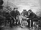 """Britische Offiziere kochen an der Front. Der Rauch von Kochfeuern konnte leicht Artilleriefeuer auf sich ziehen, aber während der Essenszeiten galt oft """"Leben und leben lassen"""""""