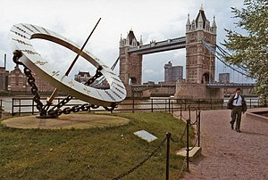 English: Sundial with Tower Bridge, London Tow...