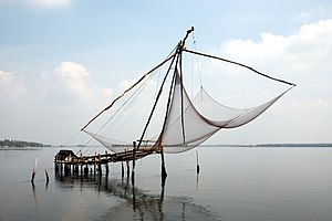 English: Chinese fishing net near Kochi. Franç...