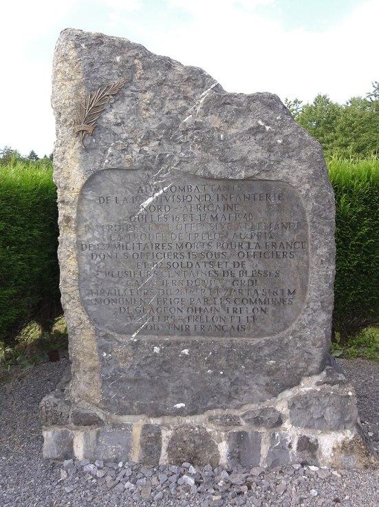 Trélon ~ Ohain Nord, Fr) mémorial de guerre.jpg