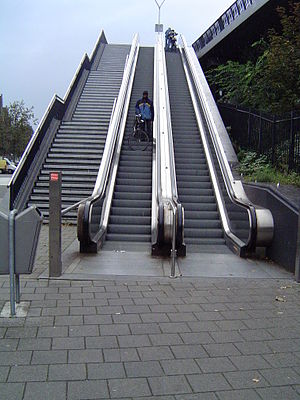 English: Bicycle escalator stairs to the bicyc...