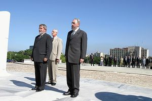 English: Fidel CASTRO in front of monument of ...