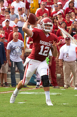 English: Oklahoma Sooners quarterback Landry J...