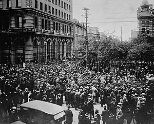 English: Crowd gathered outside old City Hall,...