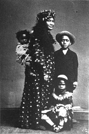 English: Native Hawaiian women and three children.