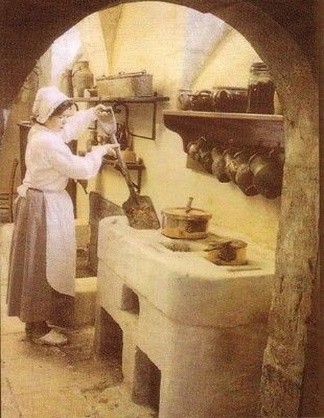 File:Cuisinière mettant des braises dans le potager.jpg