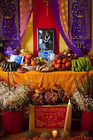 Español: Altar tradicional de día de muertos e...