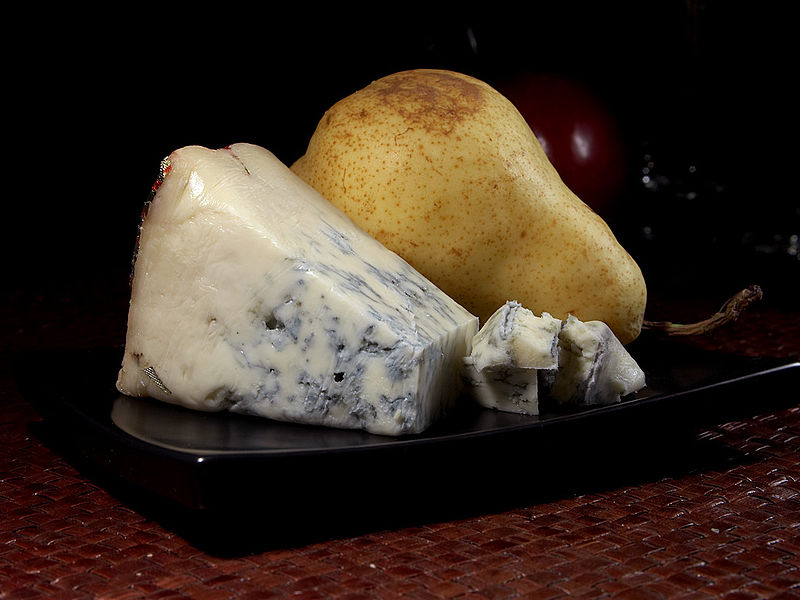 File:Gorgonzola and a pear.jpg