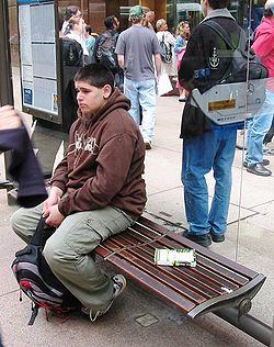 Libro liberado en una parada de autobús