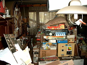 English: Compulsive hoarding Apartment Deutsch...