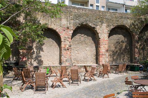 1024px-Frankfurt_Am_Main-Stadtbefestigung-Staufenmauer-Gegenwart.jpg (1024×683)