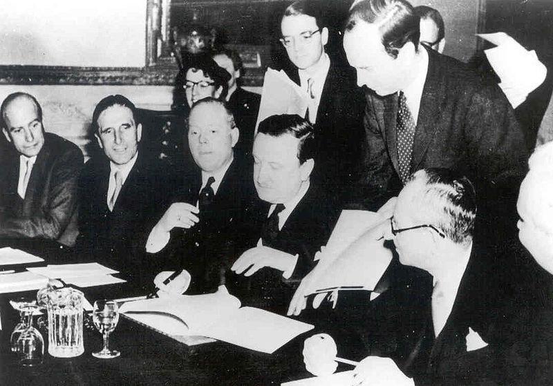Hermann Josef Abs firma l'accordo sul debito di Londra il 27 febbraio 1953.