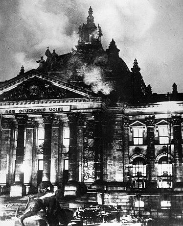https://i1.wp.com/upload.wikimedia.org/wikipedia/commons/thumb/2/20/Reichstagsbrand.jpg/374px-Reichstagsbrand.jpg