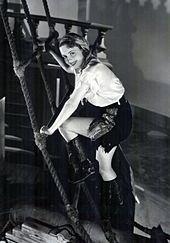 Subiendo una escalera vistiendo un traje de pirata.