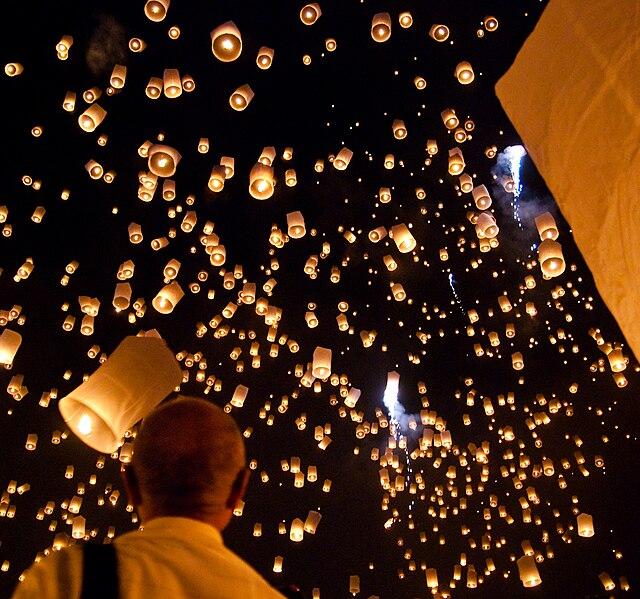 Lampiony puszczane wieczorem [wikipedia]