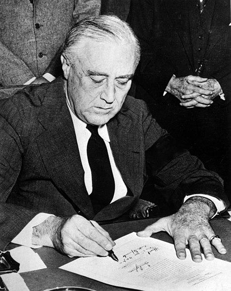 日本への宣戦布告の署名を行うフランクリン・ルーズベルト
