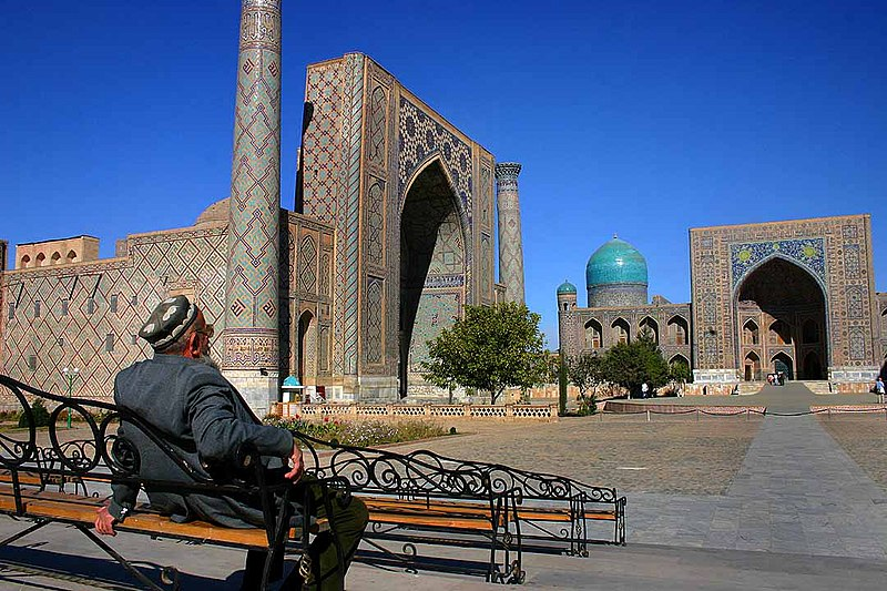 Man at Registan - Samarkand - 15-10-2005.jpg