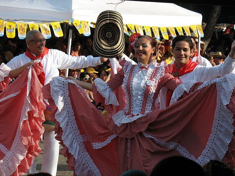 File:Bailadores de cumbia.jpg