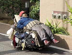 English: Homeless man, Tokyo. Français : Un sa...