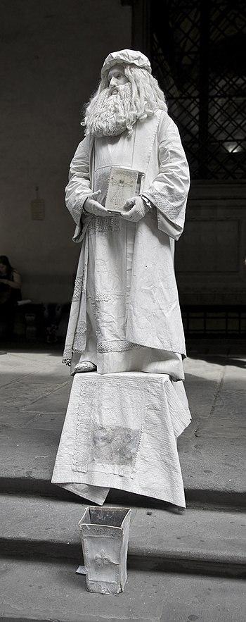 Statue of Leonardo da Vinci ...by himself ? In...