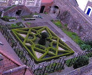 English: The Knot Garden at the Red Lodge, Bri...