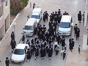 Un groupe de Haredim (des hassidim, d'après le...