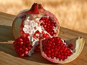 Pomegranate Fruits. Español: Una granada, frut...