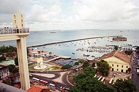 Elevador Lacerda - Do alto de suas torres, descortina-se a vista da Ba�a de Todos os Santos e do famoso Mercado Modelo; ao fundo, o Forte do Mar.