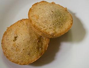 English: Two financier cakes. Français : Deux ...