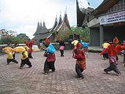 https://i1.wp.com/upload.wikimedia.org/wikipedia/commons/thumb/2/2b/Randai_Padang_Panjang.jpg/180px-Randai_Padang_Panjang.jpg