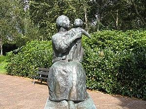 Sculpture moeder en kind (1971) by Gerarda Rue...