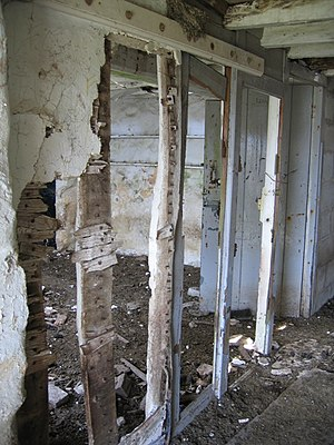 English: Ty'n Llyn farmhouse internal wall The...