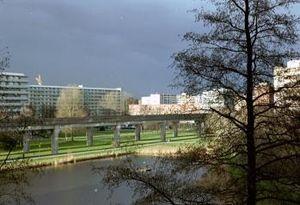 De Bijlmermeer: hoogbouw, metrobaan en veel gr...