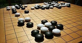 Tablero de Go y piedras de Go durante una partida