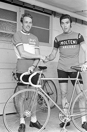 Joop Zoetemelk en Eddy Merckx chocando los cinco