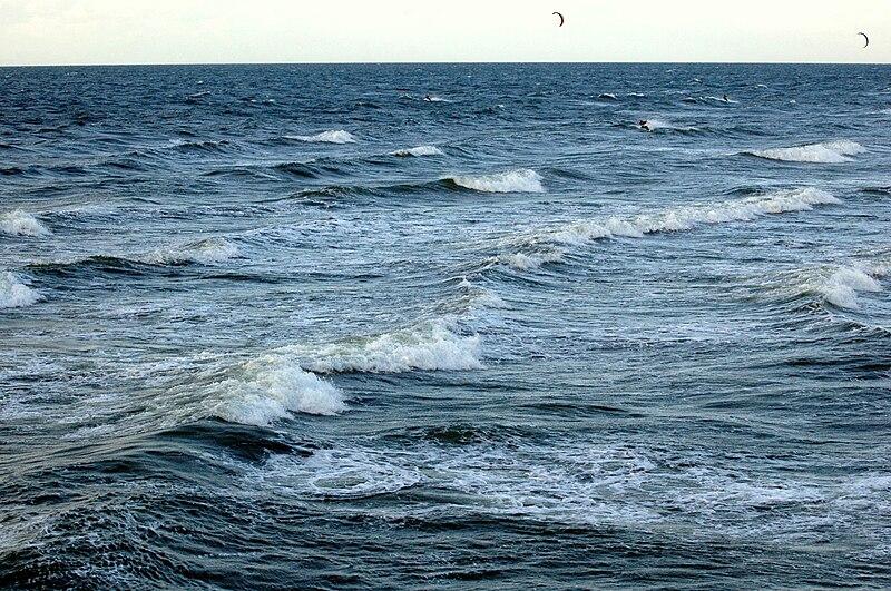 File:Fala morska na Bałtyku - Międzyzdroje-2.jpg