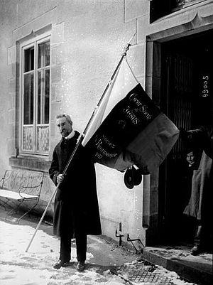 Vl. Ghika porte le drapeau écussonné du Coeur Sacré de Jésus de Roumanie (Agence Rol).jpeg